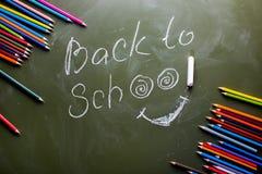 Label vert de panneau arrière de nouveau à l'école et un ensemble de crayon coloré images libres de droits