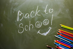 Label vert de panneau arrière de nouveau à l'école et un ensemble de crayon coloré photo libre de droits