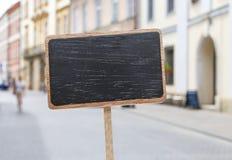 Label vide de tableau noir et un point de repère urbain brouillé Photos libres de droits