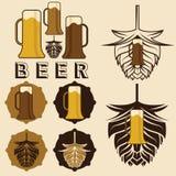 labels de bière avec des tasses et des houblon Photos stock