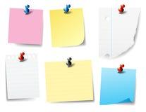 Labels de papier goupillés, notes, post-it Photographie stock