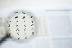 Labels de papier sous la loupe Les numéros trois, quatre, Photo libre de droits
