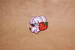 Labels de textile pour l'habillement sur un fond brun clair Photo libre de droits