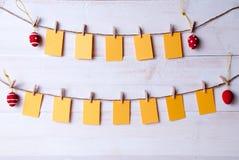 Labels vides de Pâques accrochant sur la ligne quatre oeufs de pâques Photos libres de droits