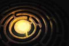 Laberinto circular con una luz brillante en el centro imágenes de archivo libres de regalías