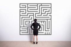 Laberinto de la mirada de la mujer de negocios Imagen de archivo