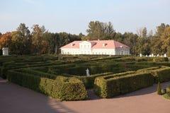 Laberinto en un jardín más bajo y la casa de imagen Oranienbaum Rusia imagen de archivo libre de regalías