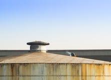 Laberlassen op dak van grote opslagtank Stock Afbeeldingen