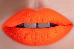 Labios anaranjados hermosos Fotografía de archivo