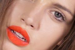 Labios atractivos del lápiz labial foto de archivo