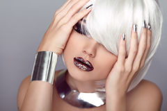 Labios atractivos. Muchacha de la belleza. Corte de pelo de la moda. Peinado. Frin elegante fotografía de archivo