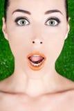 Labios brillantes abiertos de par en par de los ojos verdes de la mujer hermosa Foto de archivo libre de regalías