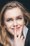 Labios conmovedores de la muchacha pensativa fotos de archivo libres de regalías