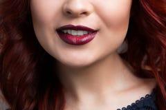 Labios de la cereza del primer Muchacha con el pelo rojo el más bajo Imágenes de archivo libres de regalías