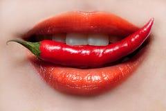 Labios de la mujer y pimienta de chile Fotos de archivo