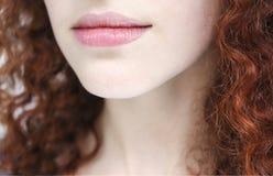 Labios de un cierre de la mujer joven para arriba fotos de archivo