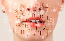 Labios hermosos de la muchacha que respiran fuentes y caracteres Fotografía de archivo libre de regalías