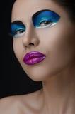 Labios púrpuras, sombras azules en los ojos, belleza negra del maquillaje de las mujeres de las cejas Imágenes de archivo libres de regalías