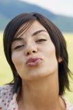 Labios que ponen mala cara de la mujer en parque Fotografía de archivo