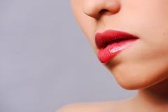 Labios rojos de la mujer Imágenes de archivo libres de regalías
