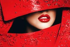 Labios rojos de la mujer en marco rojo Imágenes de archivo libres de regalías