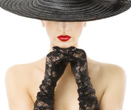 Labios rojos del sombrero ancho del borde de los guantes de la mujer, muchacha en el sombrero negro de Widebrim Imagen de archivo