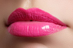 Labios rosados llenos hermosos y dientes blancos Lápiz labial rosado Labios del lustre Maquillaje y cosméticos Imagenes de archivo