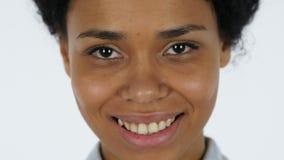 Labios sonrientes de la mujer negra cerca para arriba