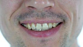 Labios sonrientes del hombre