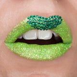 Labios verdes con las chispas cubiertas con las piedras preciosas Barra de labios verde hermosa en sus labios, boca abierta de lo imagen de archivo