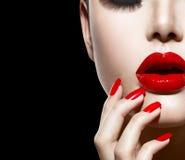 Labios y clavos atractivos rojos Fotografía de archivo