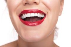 Labios y dientes rojos hermosos Fotos de archivo libres de regalías