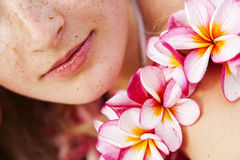 Labios y flores fotos de archivo