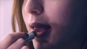 Labios y lápiz labial del marrón de la mujer joven 4K almacen de metraje de vídeo