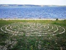 labirinto alinhado com as pedras no banco de rio imagem de stock