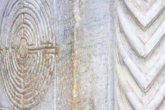 Labirinto cinzelado na fachada de pedra de uma igreja românico da Toscânia - Itália do século XI foto de stock