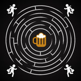 Labirinto da cerveja - o homem de negócio corre para uma caneca de cerveja Imagem de Stock