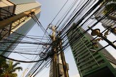Labirinto das linhas elétricas em Banguecoque, Ásia imagens de stock