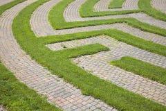 Labirinto del Cobblestone e dell'erba fotografia stock