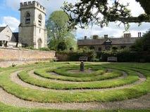 Labirinto do labirinto cortado no relvado, Chenies, Buckinghamshire, Inglaterra, Reino Unido imagem de stock