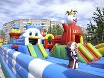 Labirinto grande, colorido, inflável do castelo fotos de stock royalty free