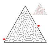 Labirinto nero triangolare su fondo bianco Labirinto dei bambini Gioco per i bambini Puzzle dei bambini Aiuto trovare un'uscita royalty illustrazione gratis