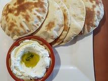 Labneh奶油奶酪垂度用面包;黎巴嫩食物 免版税库存图片