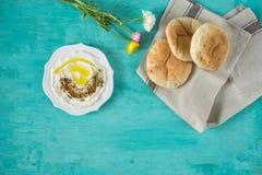Labneh-labanehmiddle Ziegenmilchkäse östliches weiches mit Olivenöl, za 'atar, Zitrone, Pittabrot, gedient an traditionellem Konz stockfotografie