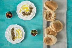 Labneh-labanehmiddle Ziegenmilchkäse östliches weiches mit Olivenöl, za 'atar, Zitrone, Pittabrot, gedient an traditionellem Konz lizenzfreie stockfotografie