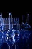 labolatory蓝色黑暗的玻璃器皿 库存照片