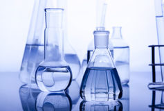 Labolatory Glaswaren im Blau Lizenzfreie Stockfotografie