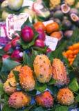 LaBoqueria marknad med tropiska frukter Arkivfoton