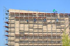 Labor working on high scaffold in construction site Royalty Free Stock Photography