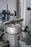 Laborancki aparat dla ściskania ziemi próbki w budowa testach zdjęcie royalty free